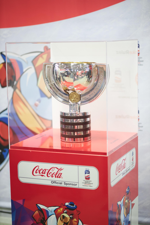 95a8729b462e4 Fanúšikovia hokeja sa budú môcť počas 15 dní – od 30. marca do 13. apríla –  odfotografovať s originálnou trofejou IIHF majstrovstiev sveta v ľadovom  hokeji.